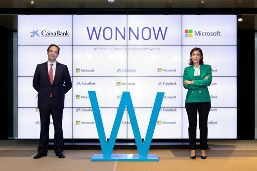 Gonzalo Gortázar, consejero delegado de CaixaBank, y Pilar López, presidenta de Microsoft España