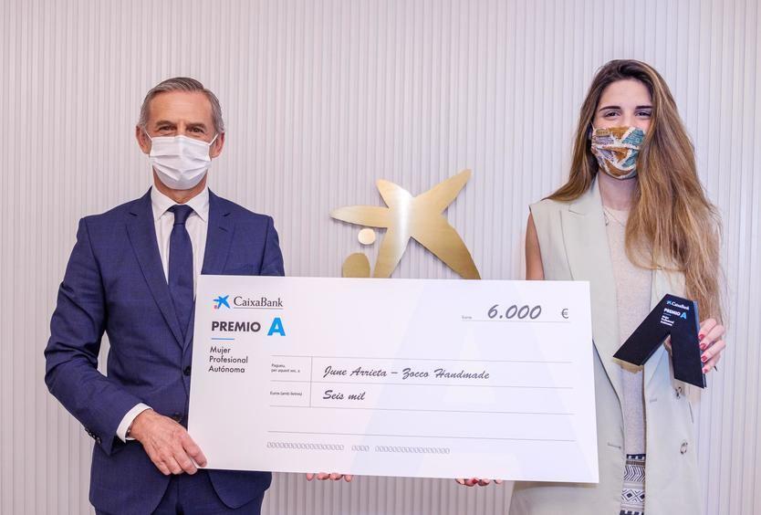 June Arrieta recibe el Premio A de manos de Juan Pedro Badiola, Director Territorial Norte de CaixaBank