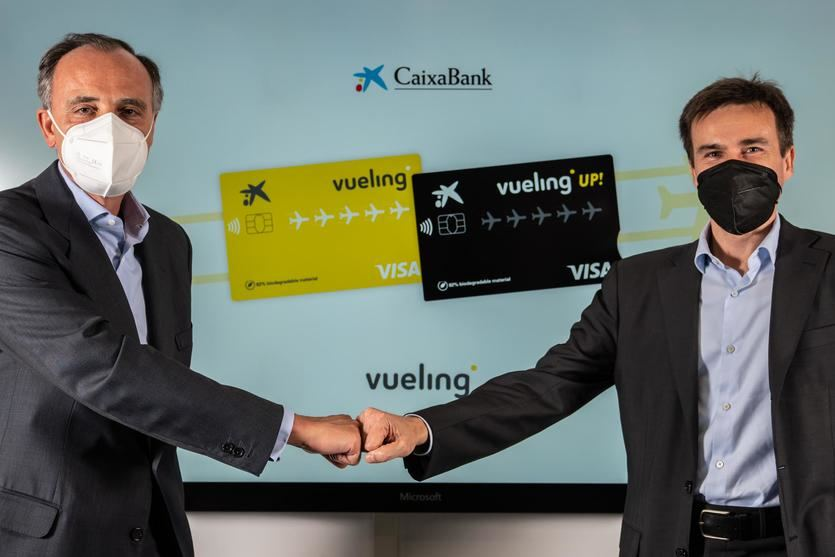 Juan Gandarias, consejero delegado de CaixaBank Payments & Consumer, y Marco Sansavini, Presidente de Vueling, han rubricado el acuerdo