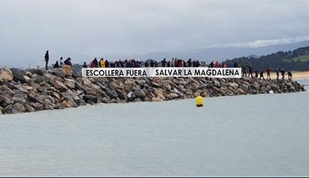 Doscientas personas se manifiestan para salvar la playa de La Magdalena de los espigones