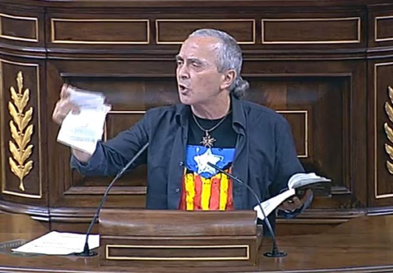 Sabino Cuadra (Amaiur) siembra la bronca y la discordia en el Congreso al romper una Constitución