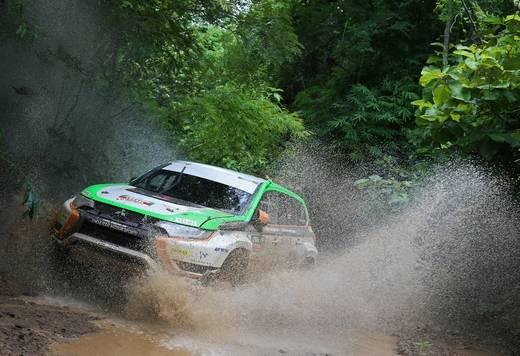 El Mitsubishi Outlander PHEV completa con éxito el Asia Cross Country 2015