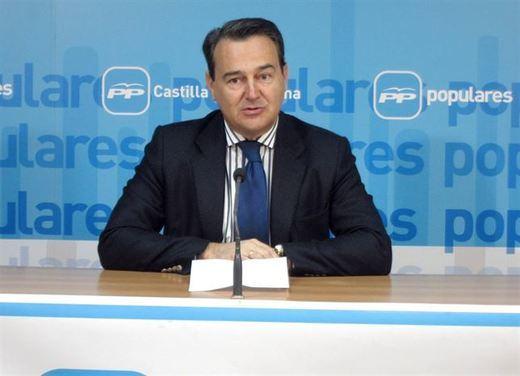El Congreso ratificará este jueves a Agustín Conde la autorización para que pueda asesorar al Banco Santander