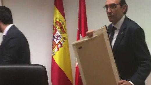 Lo primero que hizo Vox en la Asamblea de Madrid: quitar un cuadro 'democrático' para poner al Rey