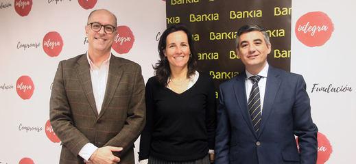 El director de Gestión Responsable de Bankia, David Menéndez; la directora general de Fundación Integra, Ana Muñoz de Dios; y el director de Zona Bravo Murillo de Bankia, Antonio Huertas
