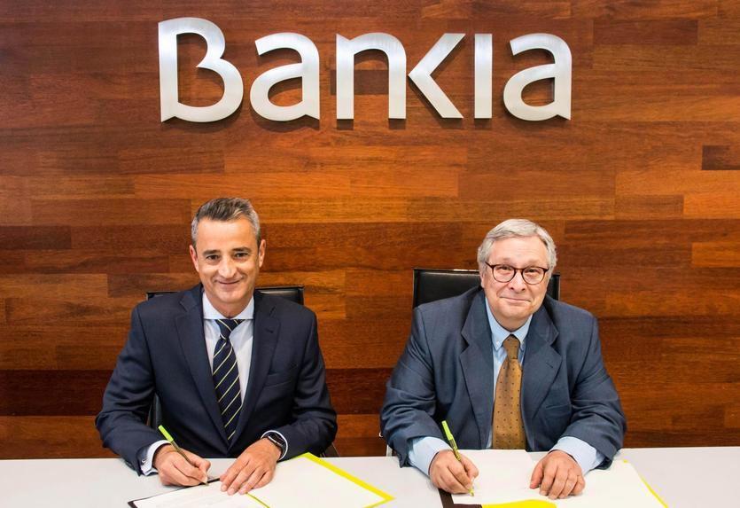 El director corporativo de la Territorial Madrid Norte de Bankia, Juan Luis Vidal, y el director de la Feria del Libro, Manuel Gil