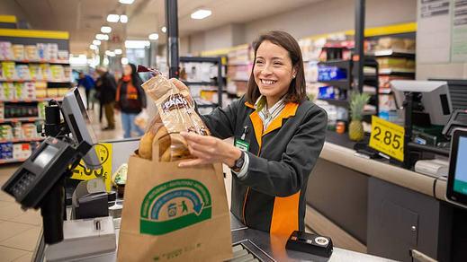 Mercadona dejará de ofrecer bolsas de plástico en abril y las sustituirá por papel y material reciclado