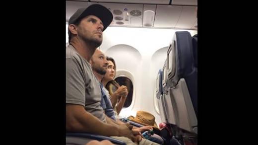 Nuevo escándalo en un avión: una familia, expulsada por no ceder el asiento de su bebé