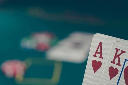 ¿Cuál es la diferencia entre casinos en línea y casinos en vivo?