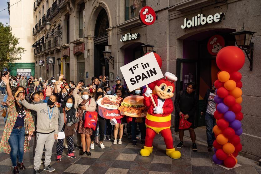 Cola de fans de Jollibee en Madrid a las puertas del local