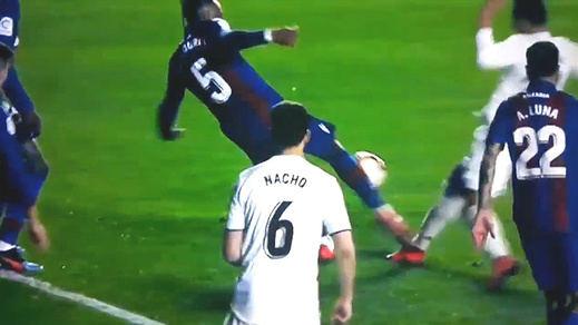 El penalti cuasifantasma a Casemiro marca el polémico 1-2 del Madrid al Levante