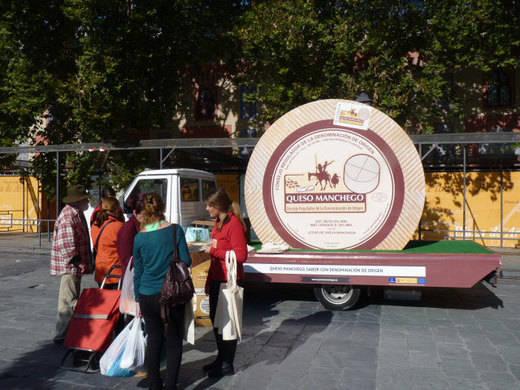 Un queso manchego de 2,5 metros de paseo por Sevilla, Málaga y Valencia estas Navidades