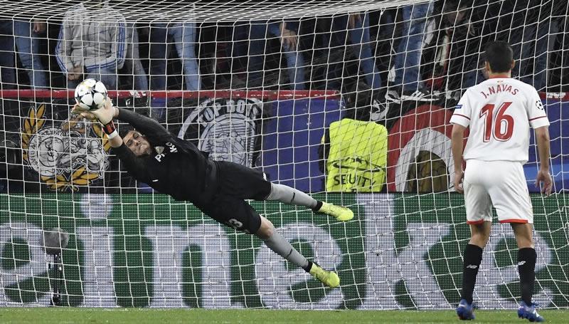 Triste noche europea para el Sevilla, que se hizo el 'harakiri' ante el Bayern con dos autogoles (1-2)