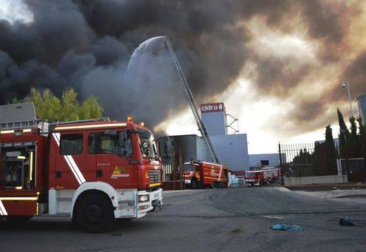 Controlado el incendio en una nave de residuos de Daimiel