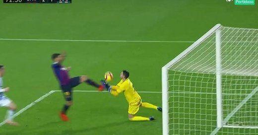 Nuevo escándalo del VAR: el Barça gana gracias a un gol que era falta de Luis Suárez (3-1)