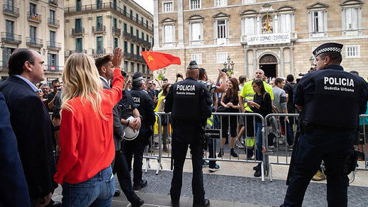 Cayetana Álvarez de Toledo protagoniza un altercado con huelguistas en el centro de Barcelona