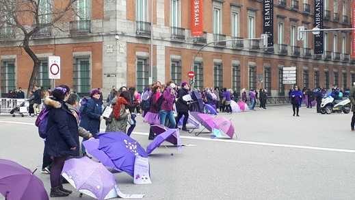 La revuelta feminista del 8-M arranca con una cadena 'morada' en Madrid