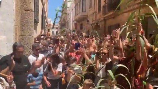 El festejo de San Juan en Ciutadella, Menorca, indigna en la nueva normalidad: sin mascarillas y con aglomeraciones
