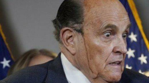 La imagen ridícula del año: a Giuliani, abogado de Trump, se le cae el sudor y el tinte en pleno directo
