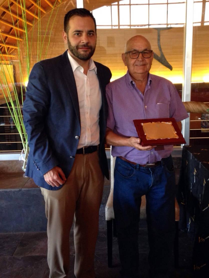 Vicente Fernández, con la placa entregada por Manuel Carmona