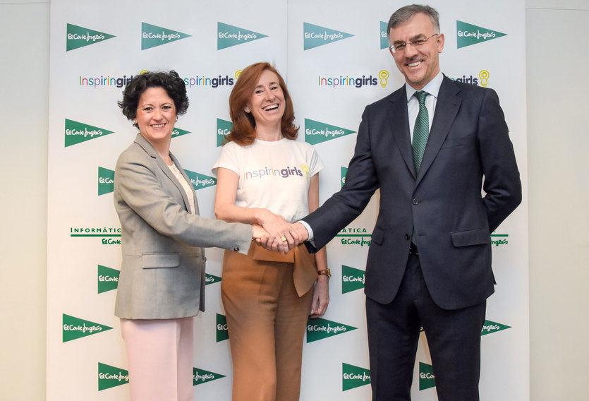 Ester Uriol, Directora de comunicación Corporativa de El Corte Inglés entrega el cheque a Belen Camba, Directora de Proyectos y RRII del Comité español de ACNUR