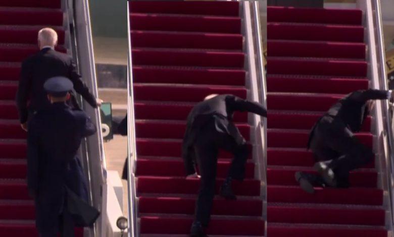 Biden, cayéndose en las escalerillas
