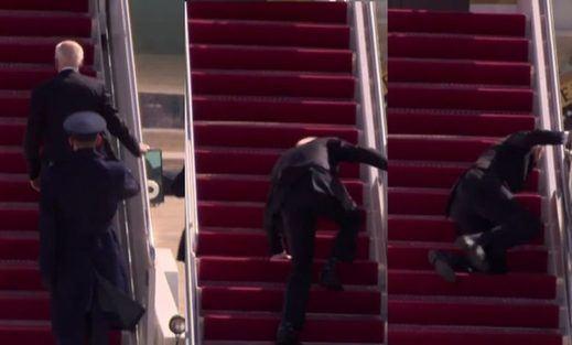 Biden preocupa por su salud: hasta 3 veces se tropezó para subir al avión