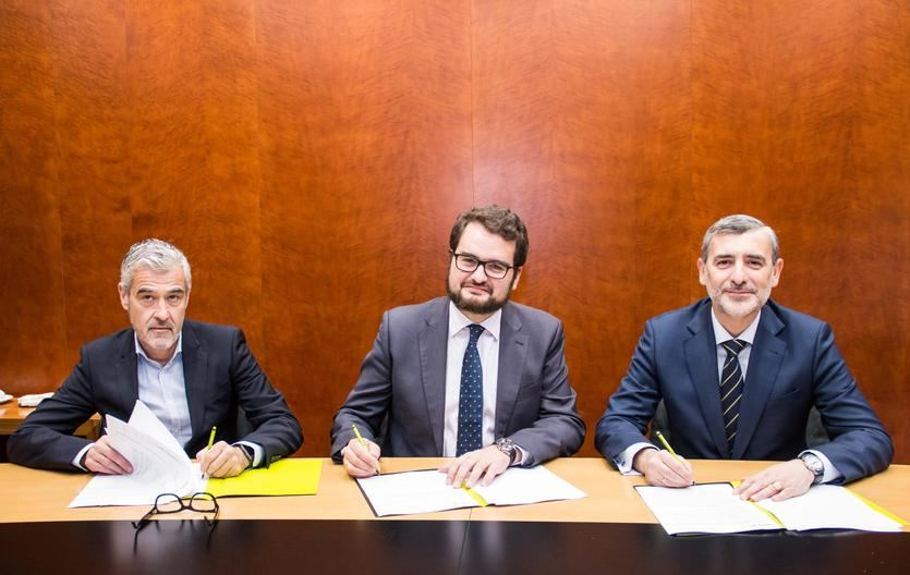 De izda. a dcha.: el director de Banca Digital de Bankia, Félix Uriarte; el CEO de Rastreator.com, Fernando Summers; y el director de Red Agencial de Bankia, Manuel Ortega