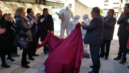 Una estatua en Cuenca homenajea la labor de los maestros jubilados