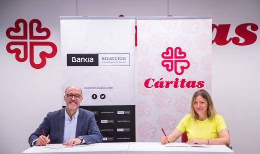 El director de Gestión Responsable de Bankia, David Menéndez, y la secretaria general de Cáritas Española, Natalia Peiro