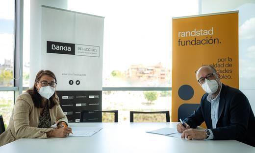 La directora general de Fundación Randstad y directora de RSC de Randstad, María Viver, y el director de Gestión Responsable de Bankia, David Menéndez