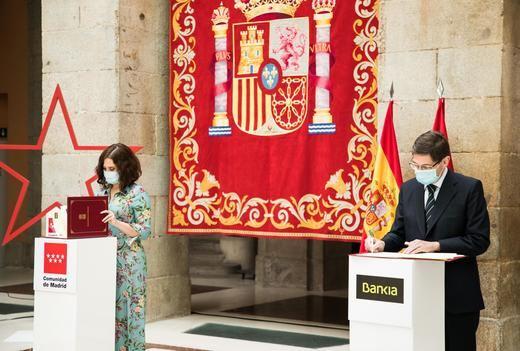 La presidenta de la Comunidad de Madrid, Isabel Díaz Ayuso; y el presidente de Bankia, José Ignacio Goirigolzarri, durante la firma del acuerdo del Carné Joven