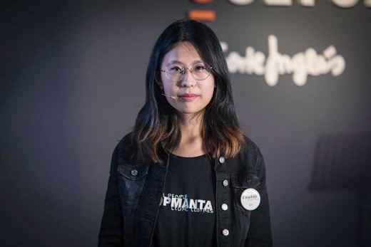 Paloma Chen, ganadora del II Premio Nacional de Poesía de Ámbito Cultural de El Corte Inglés, recita en la RAE