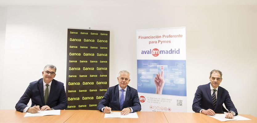 El director corporativo de Pymes y Autónomos de Bankia, Antonio Rodríguez; el director general de Avalmadrid, Pedro Embid; y el director corporativo de la Territorial Madrid Este de Bankia, Juan Antonio Zaragoza.