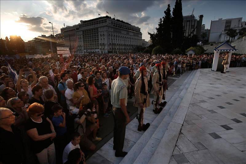 MIles de personas se manifiestan esta tarde en la plaza Syntagma a favor del 'no' en el referéndum.