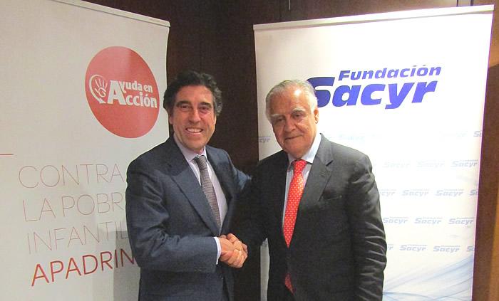 Manuel Manrique, presidente de Sacyr; y Jaime Montalvo, presidente de Ayuda en Acción, durante la firma del convenio