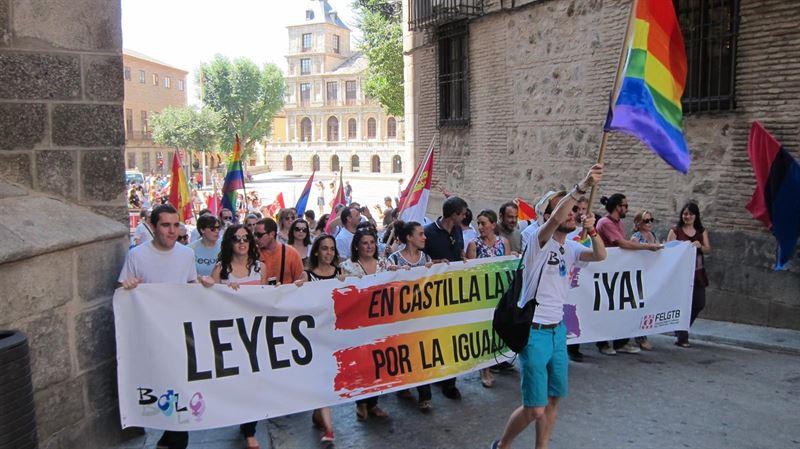 Unas cien personas piden en Toledo más avances en políticas de igualdad para que la condición sexual no sea obstáculo