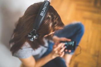 Millones de jóvenes, en riesgo de sordera por el uso de auriculares