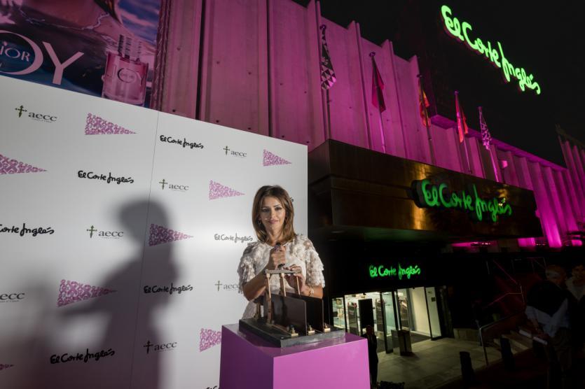 Mónica Cruz ilumina de rosa El Corte Inglés por el día contra el cáncer de mama