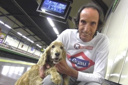Nacho Paunero, presidente de El Refugio con Mittens en el Metro de Madrid