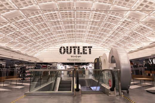 El Corte Inglés inaugura su centro de Arapiles convertido en Outlet con más de 150 marcas de moda