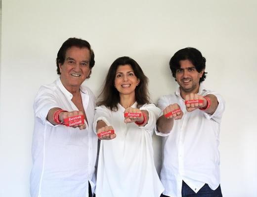 El Corte Inglés venderá la pulsera solidaria 'Resistiré', autografiada por el Dúo Dinámico