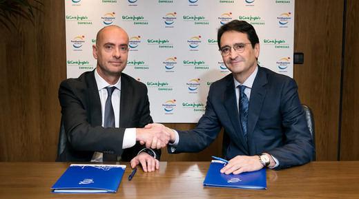 A la izda Fernando Aldecoa, de Port Aventura World y Víctor Liñero, de ECI Empresas, en el momento de la firma del acuerdo
