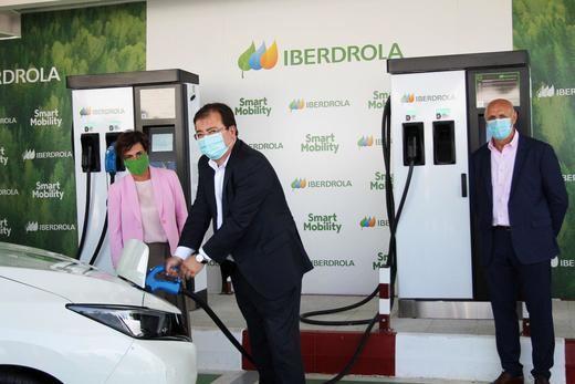 El presidente de la Junta de Extremadura, Guillermo Fernández-Vara, realiza la primera recarga acompañado por la CEO de Iberdrola España, Ángeles Santamaría y el director gerente del Complejo Leo, Antonio Chavero
