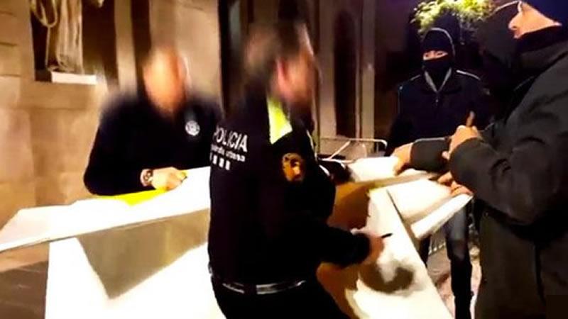 Radicales encapuchados retiran el lazo amarillo del Ayuntamiento de Barcelona y se enfrentan a la Guardia Urbana