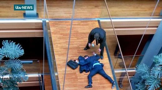 Así fue agredido el favorito a liderar el UKIP británico por un compañero (vídeo)