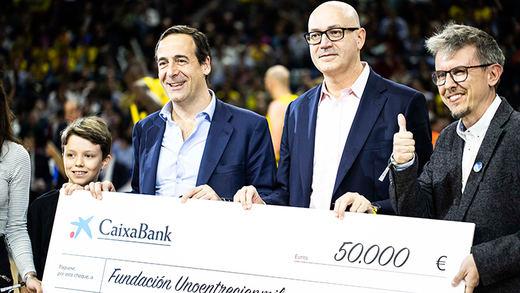 CaixaBank y El Corte Inglés entregan un cheque de 50.000 euros a la Fundación 'Uno entre cien mil'