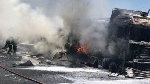 El incendio de un camión tras un accidente obliga a cortar parcialmente la A-1
