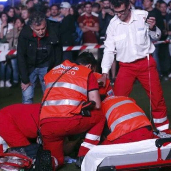 El equipo de emergencias del Festival Mad Cool ateniendo al acróbata que se ha precipitado durante su actuación