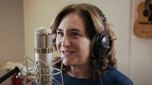 Ada Colau se pasa a rapera en el spot de su partido para las elecciones catalanas